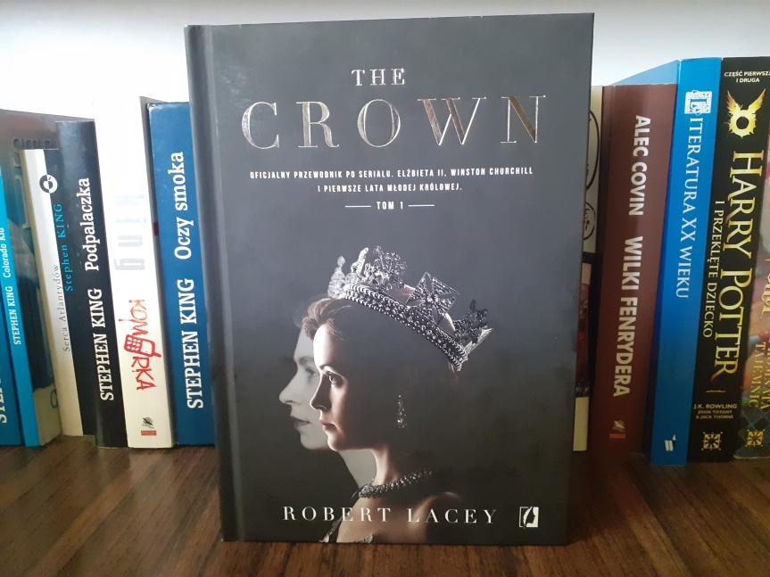 """""""The Crown. Oficjalny przewodnik po serialu"""" Tom I –  Serialowa fikcja i fakty na starcie panowania ElżbietyII"""