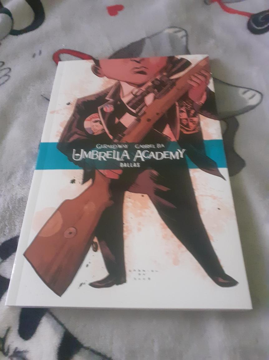 """""""Umbrella Academy Tom 2: Dallas"""" – Powrót do przeszłości, krwawa miazga i cała gamaemocji"""